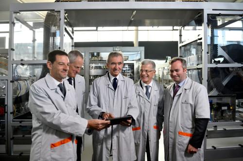 De gauche à droite: employé Hennessy, Philippe Schauss, PDG de Moët Hennessy, Bernard Arnault, PDG de LVMH, Bernard Peillon, Président de la Maison Hennessy, Jean-Baptiste Lemoyne, secrétaire d'Etat auprès du Ministre de l'Europe et des Affaires Etrangères