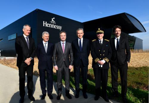 De gauche à droite: Philippe Schauss, PDG de Moët Hennessy, Bernard Peillon, Président de la Maison Hennessy, Jean-Baptiste Lemoyne, Secretaire d'Etat auprès du Ministre de l'Europe et des Affaires Etrangères, Bernard Arnault, PDG de LVMH, Jean-Yves Le Merrer, Sous-Prefet de Cognac, Antoine Arnault, membre du Comité d'Administration de LVMH